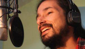 locutor grabación de voz joven en estudio propio